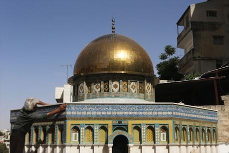 نحَات مسيحي أردني يصمم مجسماً لقبة الصخرة - 02- نحَات مسيحي أردني يصمم مجسماً لقبة الصخرة - الاناضول