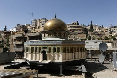 نحَات مسيحي أردني يصمم مجسماً لقبة الصخرة - 06- نحَات مسيحي أردني يصمم مجسماً لقبة الصخرة - الاناضول