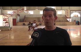 مُقعد أمريكي يُدرب لاعبي كرة السلة المُعاقين في غزة