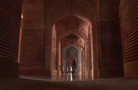مسجد مغولي مميز في باكستان يتداعى ببطء بسبب الإهمال المزمن