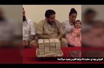 كويتي يهدي حفيدته وزنها مالا في عيد ميلادها (شاهد)