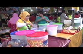 أسواق المأكولات الرمضانية تشهد إقبالا كبيرا في إندونيسيا